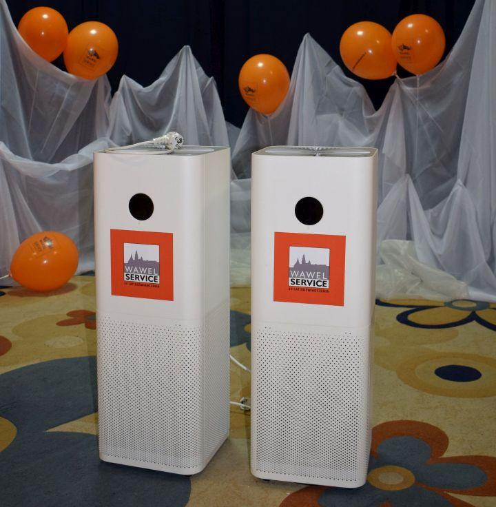 Przekazanie oczyszczaczy powietrza (Fot. Wawel Service)